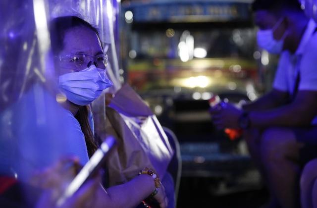 Philippines  dỡ bỏ hạn chế đi ra nước ngoài - Ảnh 1.