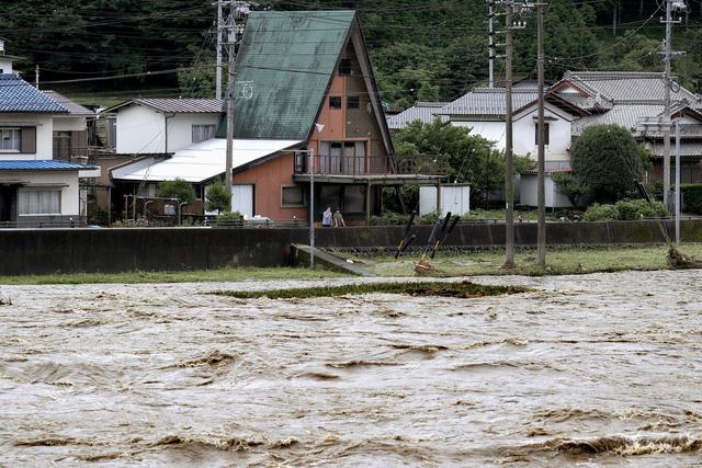 Mưa xối xả trút xuống miền Trung, Nhật Bản ra cảnh báo khẩn mức cao nhất về mưa lũ - Ảnh 1.