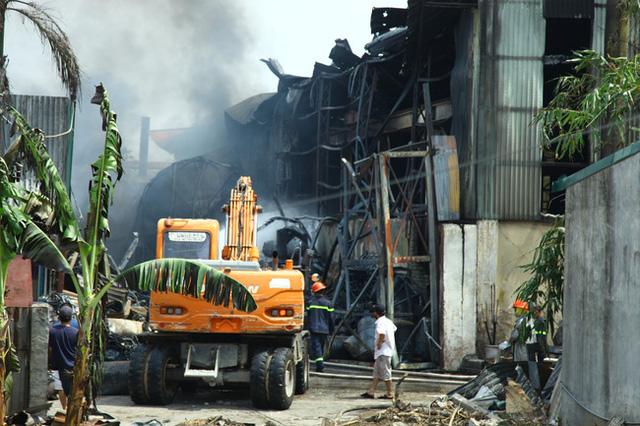 Phát hiện nhiều chất độc hại có chỉ số vượt chuẩn trong vụ cháy kho hóa chất ở Hà Nội - Ảnh 1.