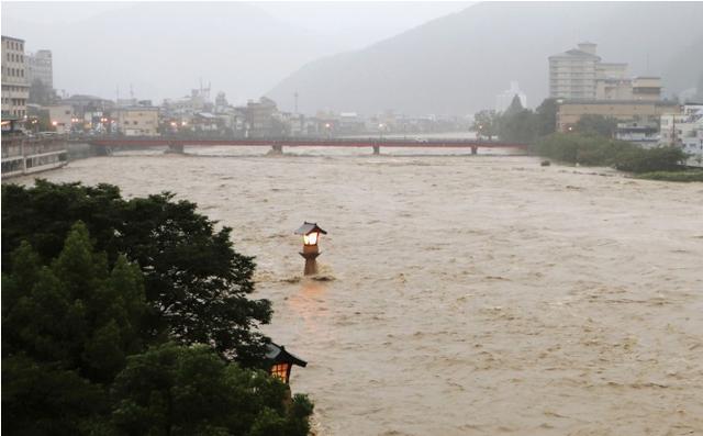 Mưa xối xả trút xuống miền Trung, Nhật Bản ra cảnh báo khẩn mức cao nhất về mưa lũ - Ảnh 2.