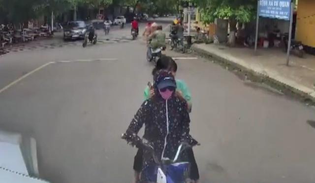 Clip: Chặn đầu xe container, lái xe đạp điện gan lì không nhúc nhích - Ảnh 1.