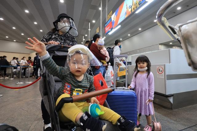Chuyến bay đặc biệt thứ hai đưa gần 300 công dân Việt Nam từ Nga về nước - Ảnh 1.