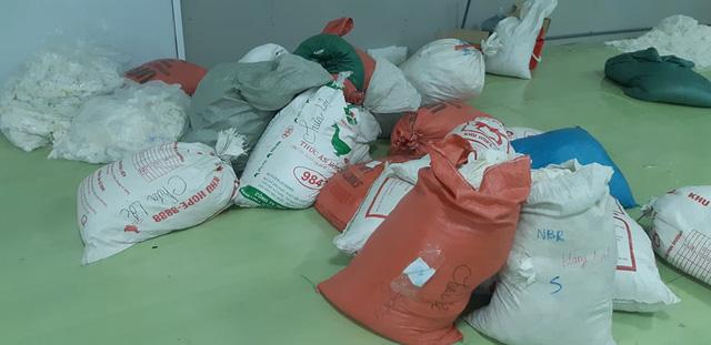 Hàng chục tấn găng tay đã qua sử dụng được tái chế để... bán ra thị trường - Ảnh 1.