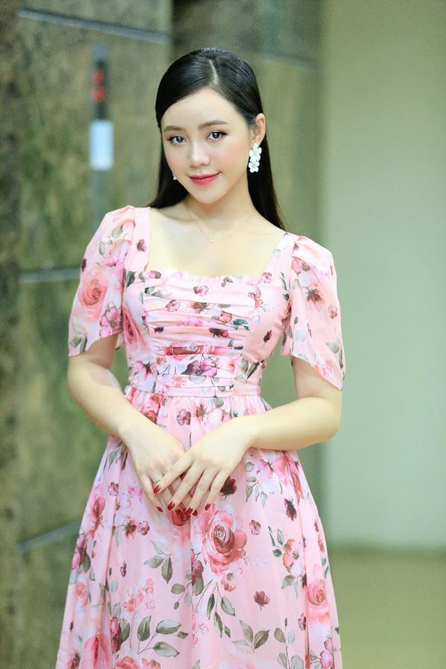 Diện váy hoa rực rỡ, Quỳnh Kool hóa tiểu thư ngọt ngào - Ảnh 2.