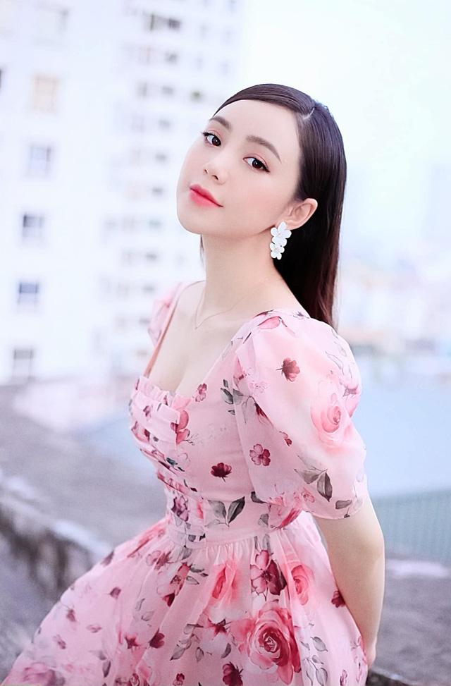 Diện váy hoa rực rỡ, Quỳnh Kool hóa tiểu thư ngọt ngào - Ảnh 1.