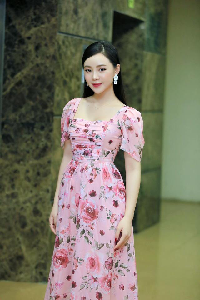 Diện váy hoa rực rỡ, Quỳnh Kool hóa tiểu thư ngọt ngào - Ảnh 4.