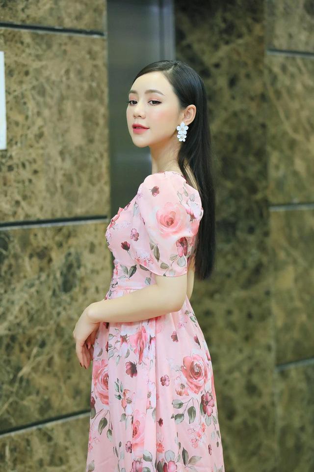 Diện váy hoa rực rỡ, Quỳnh Kool hóa tiểu thư ngọt ngào - Ảnh 3.