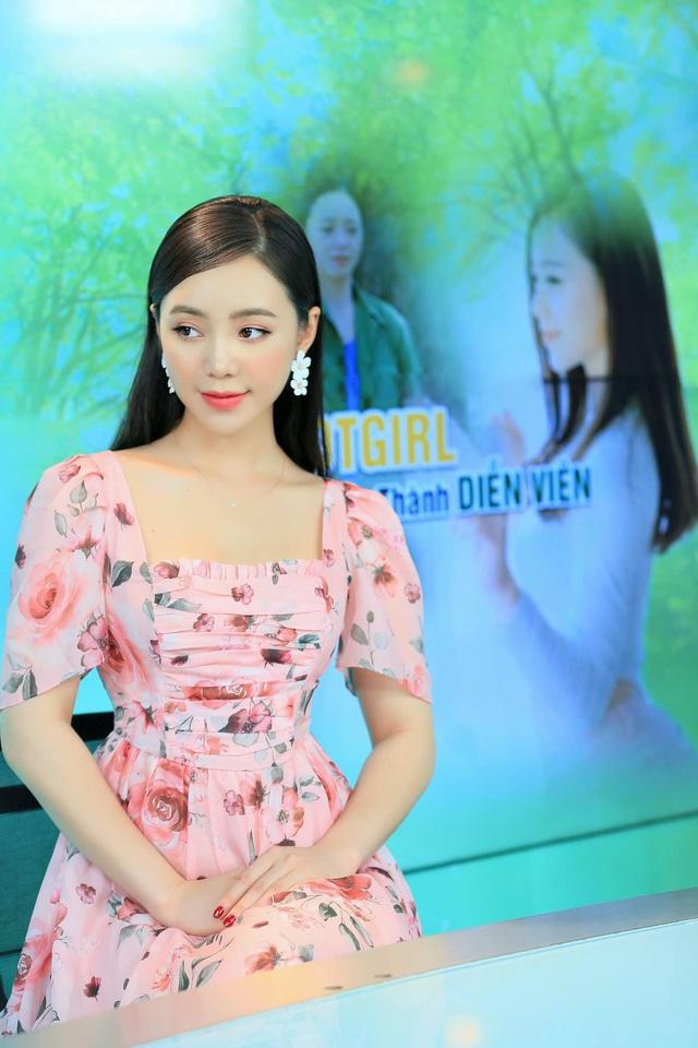 Diện váy hoa rực rỡ, Quỳnh Kool hóa tiểu thư ngọt ngào - Ảnh 6.