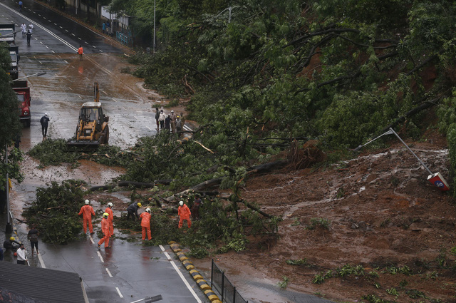 Mưa lớn gây lở đất tại Ấn Độ, hàng chục công nhân trồng chè thiệt mạng trong đêm - Ảnh 2.
