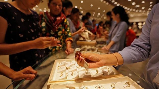 Giá vàng tiếp tục giảm gần 1 triệu đồng/lượng - Ảnh 1.
