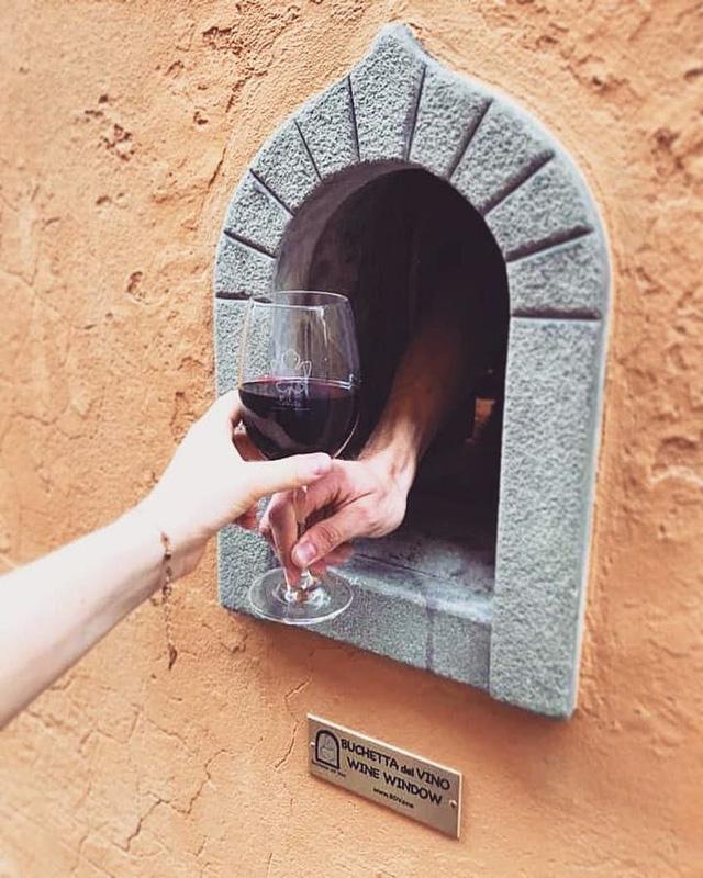 """Nhờ COVID 19, truyền thống uống rượu vang gần 400 năm tuổi của Italy được """"hồi sinh"""" - Ảnh 3."""