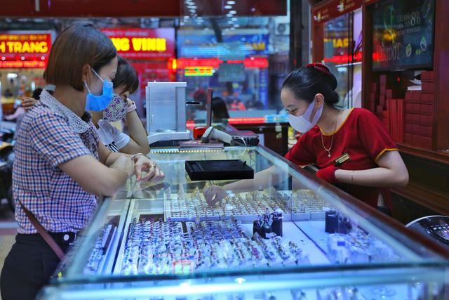 Giá vàng lên xuống thất thường, nhà đầu tư cẩn trọng trước dấu hiệu làm giá - Ảnh 1.