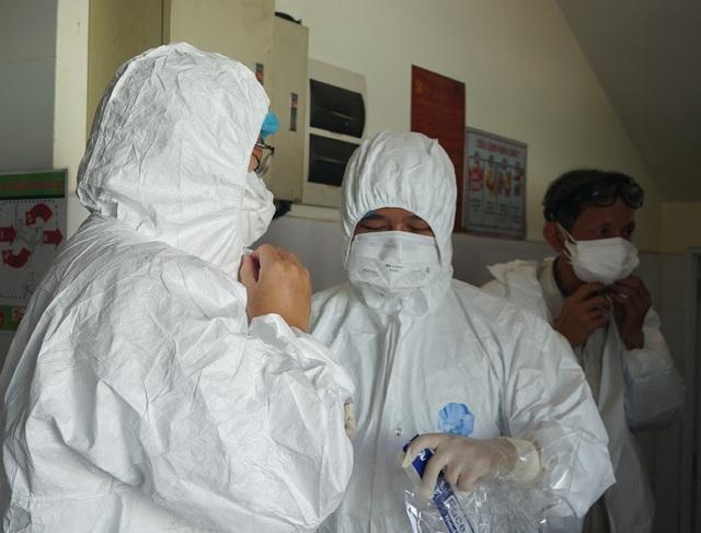 Bên trong khu vực cấp cứu bệnh nhân COVID-19 tại Bệnh viện Phổi Đà Nẵng - Ảnh 2.
