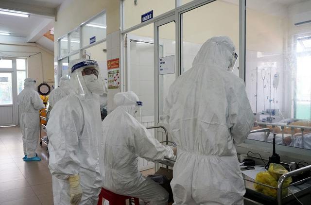 Bên trong khu vực cấp cứu bệnh nhân COVID-19 tại Bệnh viện Phổi Đà Nẵng - Ảnh 1.