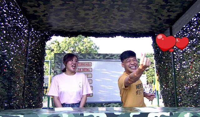 Văn Mai Hương dễ thương hết nấc khi đứng cạnh các chiến sĩ - Ảnh 2.