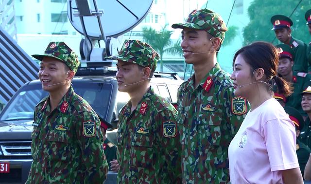 Văn Mai Hương dễ thương hết nấc khi đứng cạnh các chiến sĩ - Ảnh 4.