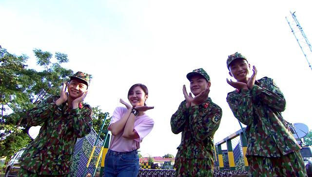 Văn Mai Hương dễ thương hết nấc khi đứng cạnh các chiến sĩ - Ảnh 5.
