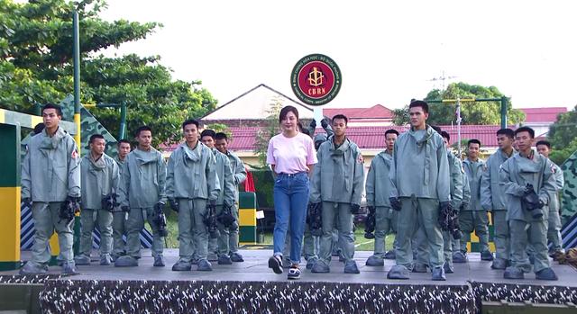 Văn Mai Hương dễ thương hết nấc khi đứng cạnh các chiến sĩ - Ảnh 3.