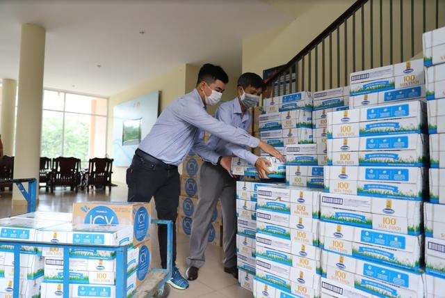 Vinamilk ủng hộ 8 tỷ đồng cho Hà Nội và 3 tỉnh miền Trung chống dịch COVID-19 - Ảnh 1.