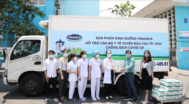 Vinamilk ủng hộ 8 tỷ đồng cho Hà Nội và 3 tỉnh miền Trung chống dịch COVID-19 - Ảnh 2.
