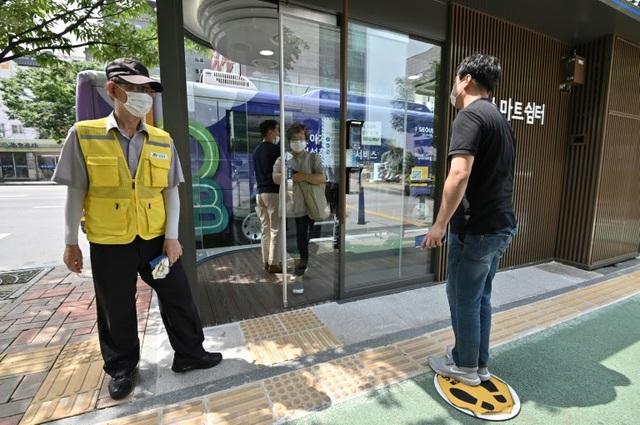 Hàn Quốc ra mắt bến xe bus công nghệ cao chống COVID-19 - ảnh 1