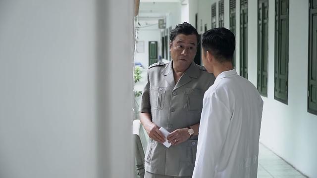 Lựa chọn số phận - Tập 41: Ông Lộc dúi tiền cho bác sĩ để có chứng nhận tâm thần cho Đức - Ảnh 1.