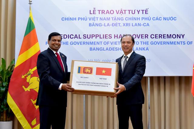 Việt Nam trao tặng vật tư y tế trị giá 60.000 USD hỗ trợ Bangladesh, Sri Lanka chống COVID-19 - Ảnh 1.