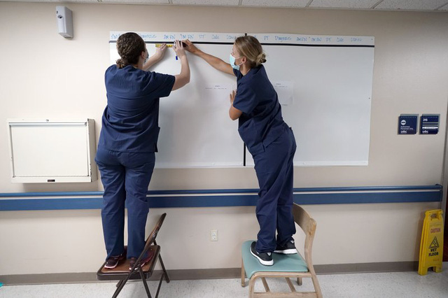 Hơn 2.000 học sinh, giáo viên Mỹ bị cách ly tại một số trường học - Ảnh 1.