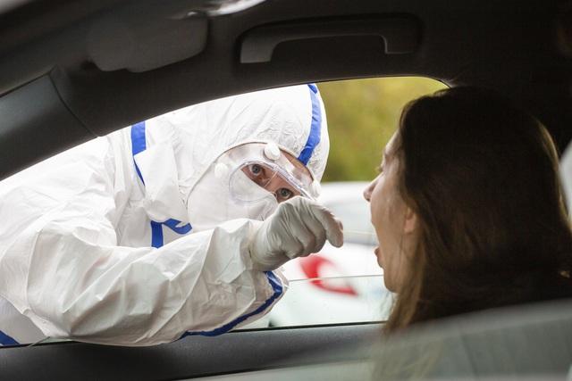 Pháp cảnh báo đỏ về nguy cơ lây nhiễm COVID-19 tại Paris, Marseille - Ảnh 1.