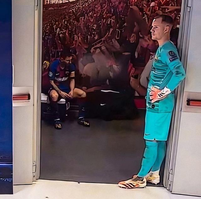 Rio Ferdinand khuyên Messi nên rời khỏi Barcelona - Ảnh 1.