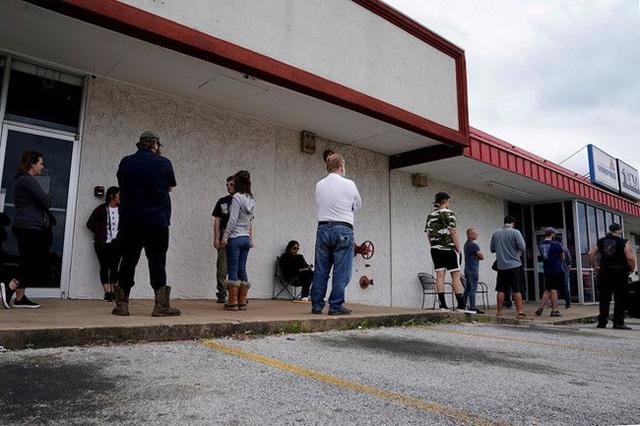 Số người nộp đơn xin trợ cấp thất nghiệp mới tại Mỹ lần đầu giảm xuống dưới 1 triệu - Ảnh 1.