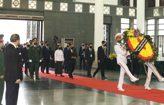 Chủ tịch Quốc hội Camphuchia Heng Samrin viếng nguyên Tổng Bí thư Lê Khả Phiêu - Ảnh 2.