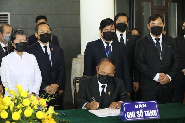 Chủ tịch Quốc hội Camphuchia Heng Samrin viếng nguyên Tổng Bí thư Lê Khả Phiêu - Ảnh 4.