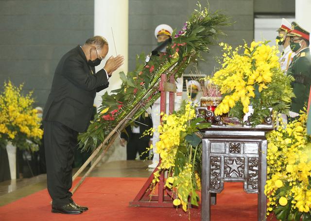 Chủ tịch Quốc hội Camphuchia Heng Samrin viếng nguyên Tổng Bí thư Lê Khả Phiêu - Ảnh 3.