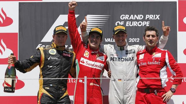 Hamilton vượt qua huyền thoại Schumacher về số lần giành podium - Ảnh 2.