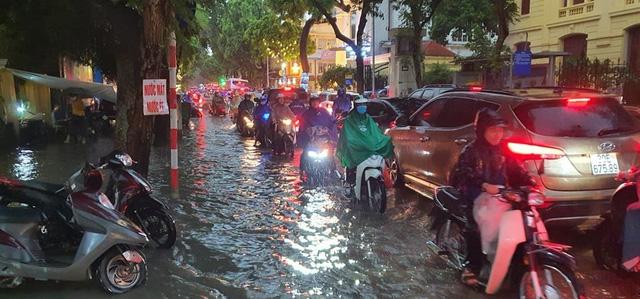 Mưa lớn chiều 17/8 gây ngập cục bộ nhiều tuyến phố Hà Nội - Ảnh 6.