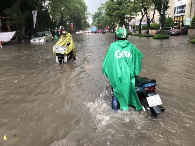 Mưa lớn chiều 17/8 gây ngập cục bộ nhiều tuyến phố Hà Nội - Ảnh 14.