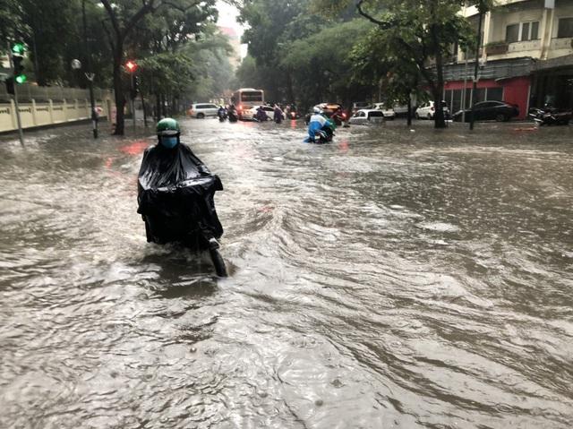 Mưa lớn chiều 17/8 gây ngập cục bộ nhiều tuyến phố Hà Nội - Ảnh 13.