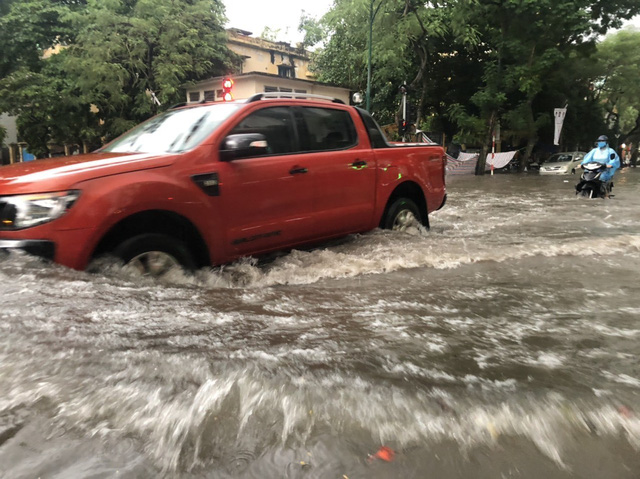 Mưa lớn chiều 17/8 gây ngập cục bộ nhiều tuyến phố Hà Nội - Ảnh 12.
