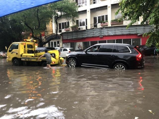 Mưa lớn chiều 17/8 gây ngập cục bộ nhiều tuyến phố Hà Nội - Ảnh 11.