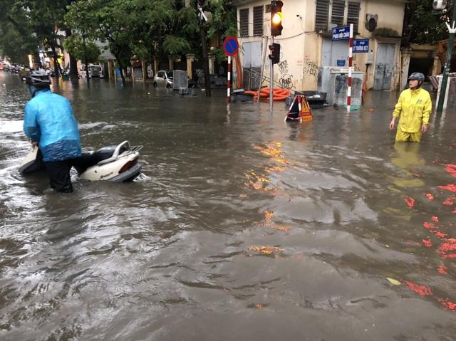 Mưa lớn chiều 17/8 gây ngập cục bộ nhiều tuyến phố Hà Nội - Ảnh 8.