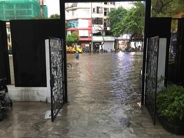 Mưa lớn chiều 17/8 gây ngập cục bộ nhiều tuyến phố Hà Nội - Ảnh 7.