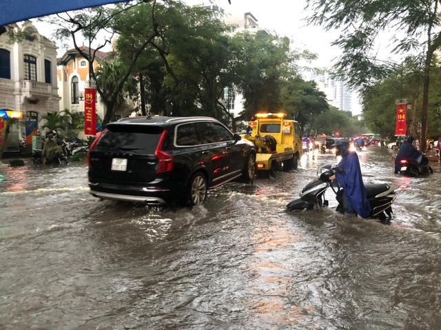 Mưa lớn chiều 17/8 gây ngập cục bộ nhiều tuyến phố Hà Nội - Ảnh 5.