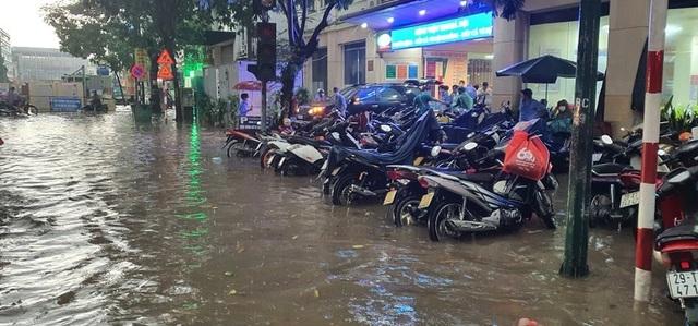 Mưa lớn chiều 17/8 gây ngập cục bộ nhiều tuyến phố Hà Nội - Ảnh 9.