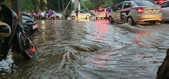 Mưa lớn chiều 17/8 gây ngập cục bộ nhiều tuyến phố Hà Nội - Ảnh 10.