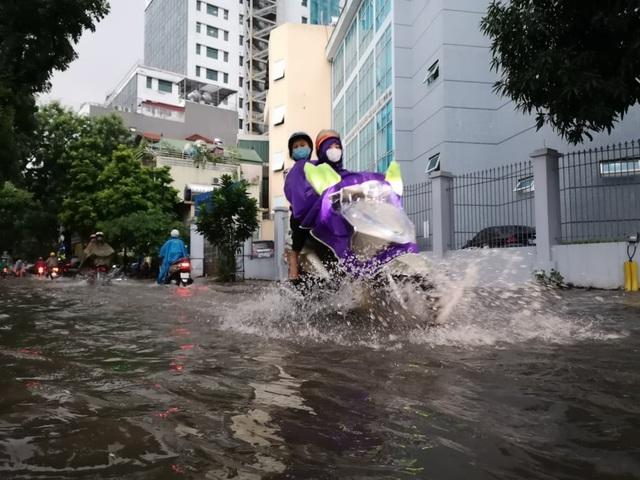 Mưa lớn chiều 17/8 gây ngập cục bộ nhiều tuyến phố Hà Nội - Ảnh 4.