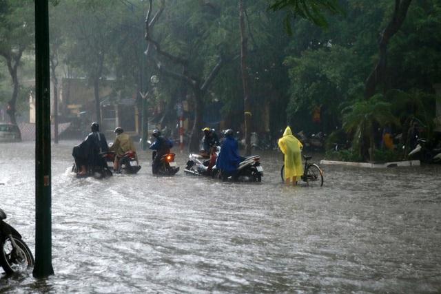 Mưa lớn chiều 17/8 gây ngập cục bộ nhiều tuyến phố Hà Nội - Ảnh 1.