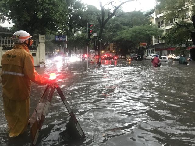 Mưa lớn chiều 17/8 gây ngập cục bộ nhiều tuyến phố Hà Nội - Ảnh 2.