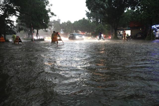 Mưa lớn chiều 17/8 gây ngập cục bộ nhiều tuyến phố Hà Nội - Ảnh 3.