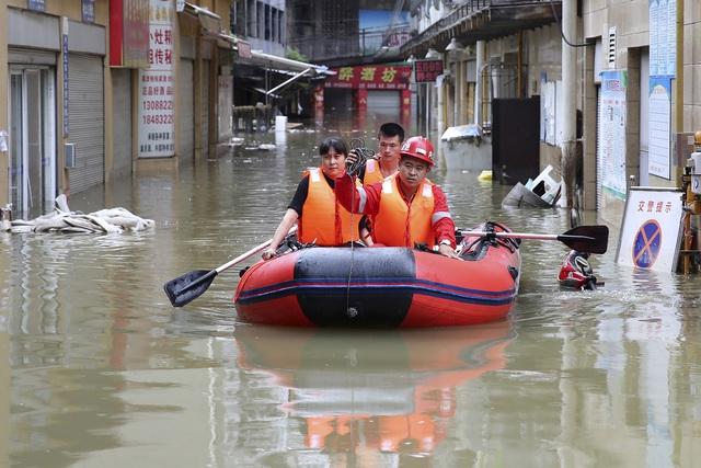 Sông Dương Tử chìm trong nước lũ, Trung Quốc kích hoạt báo động chưa từng có - Ảnh 2.
